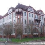 Wem gehört das große Haus am Hotel-Parkplatz in der Kühlungsborner Straße?