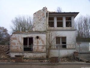 """Das """"FEIERABEND"""" haben die Studenten der FAK 2002 an die Hauswand gemalt. Beim Abriss 2007 war das """"END"""" das letzte Stück, das verschwand."""