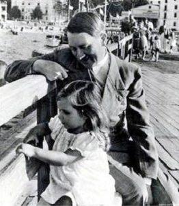 Adolf Hitler mit Helga Goebbels auf der Seebrücke von Heiligendamm