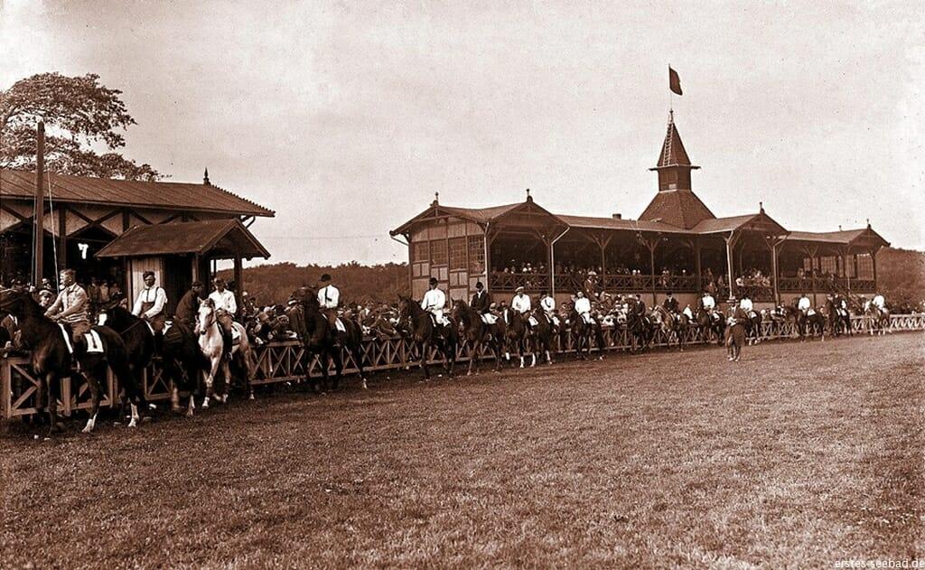 Von 1822 bis 1945 gab es eine feste Rennbahn, die meiste Zeit mit Tribünen.