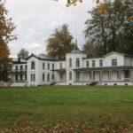 Wem gehören die Villen im Wald westlich des Grand Hotels?