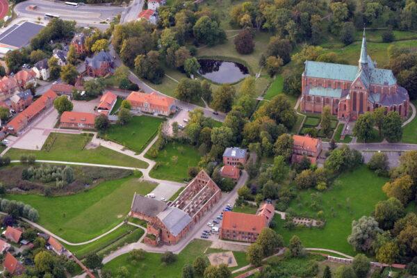 Kloster Doberan mit Münster, Backhausmühle, Kornhaus, Hengstenstall, Marstall, Amtshaus, Forsthaus, Küsterhaus, Möckelhaus und Alte Klostervoggtei