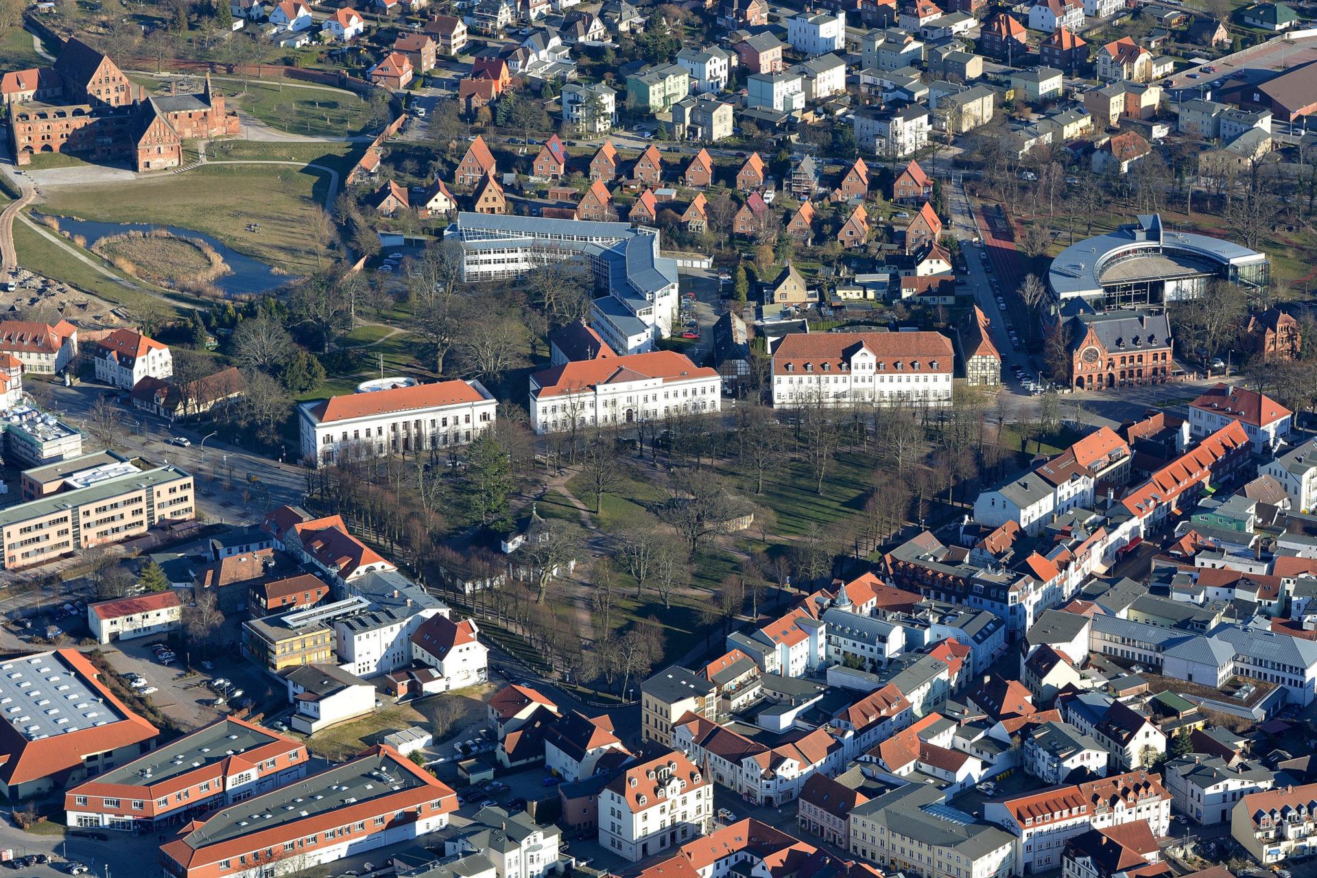 Luftbild vom Kamp Bad Doberan mit Weißer Pavillon, Roter Pavillon, Großherzogliches Palais, Salongebäude, Friedrich-Franz-Palais, Gymnasium