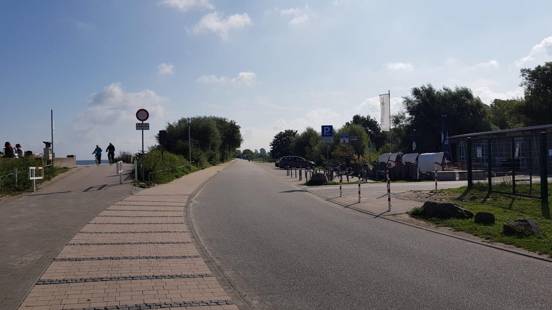 Parkplatz an der Seedeichstraße hinter dem Deich in Heiligendamm