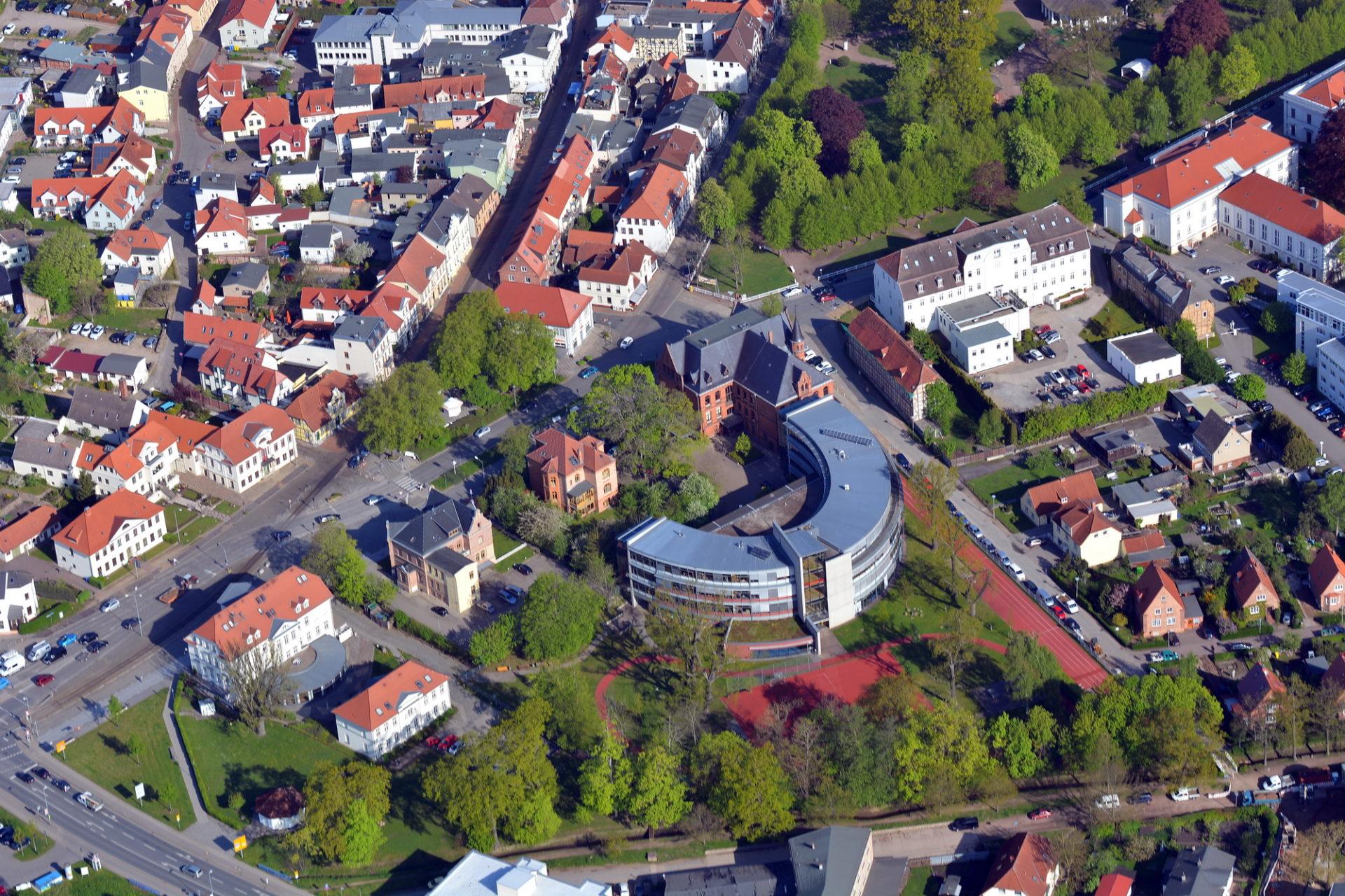 Luftbild vom Alexandrinenplatz Bad Doberan mit Prinzenpalais, Gymnasium und Friedrich-Franz-Palais