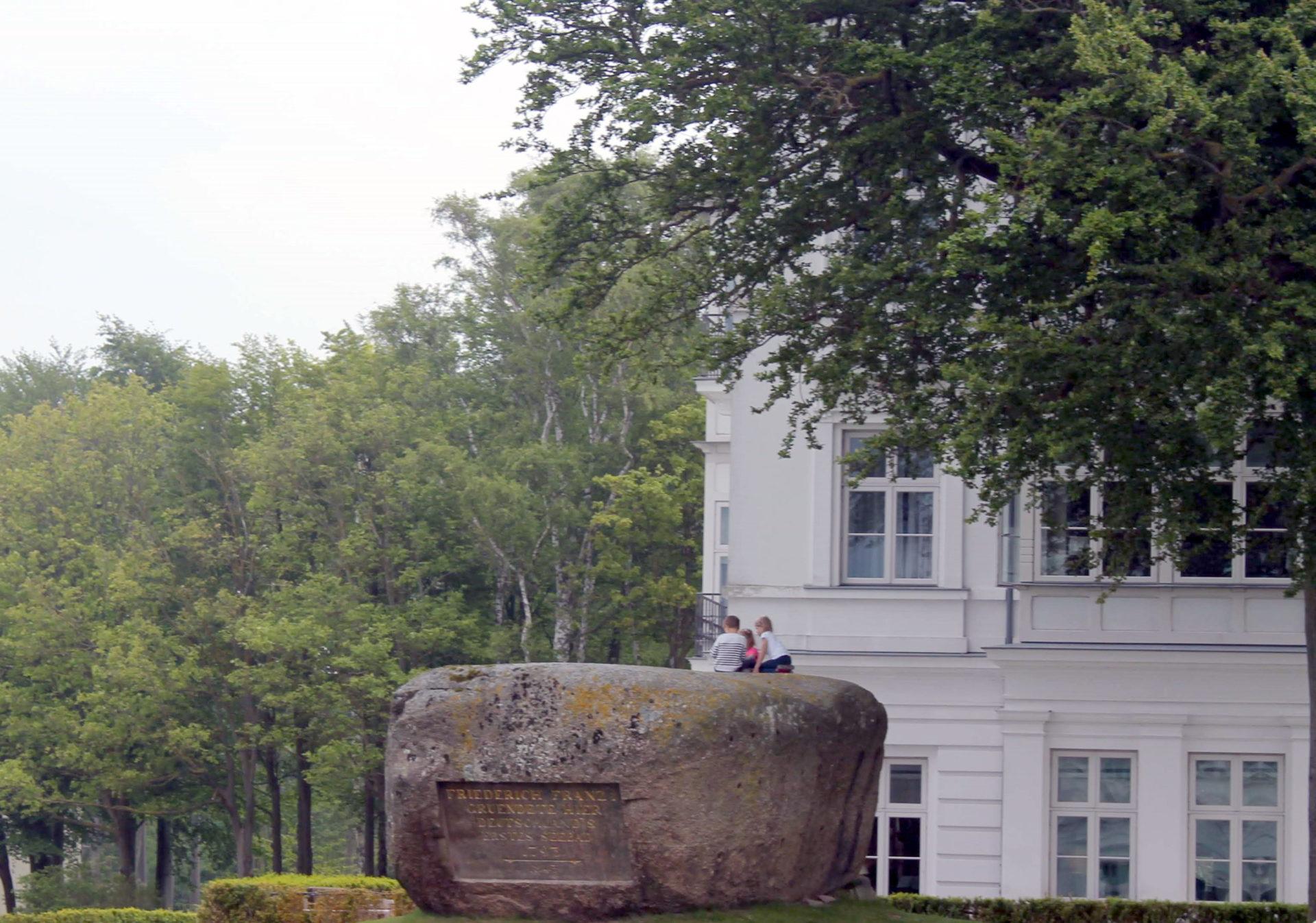 Kinder auf dem Gedenkstein in Heiligendamm