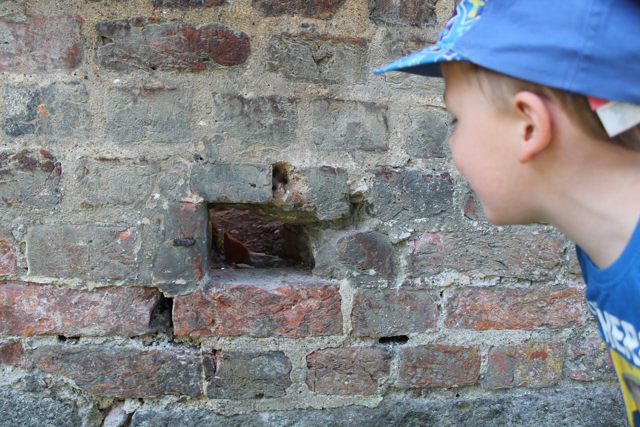 Klostermauer und Kind